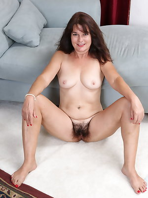 Hairy American housewife showing off her bush