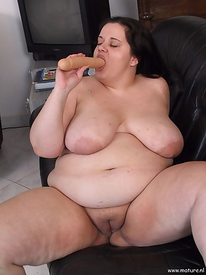 This chubby mature babe shows us her body