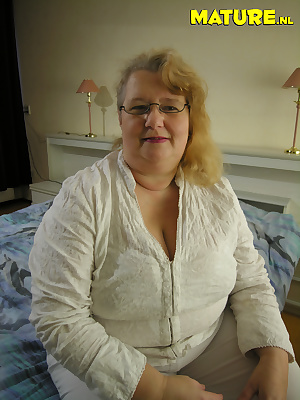 Chubby mature slut loves playing with herself
