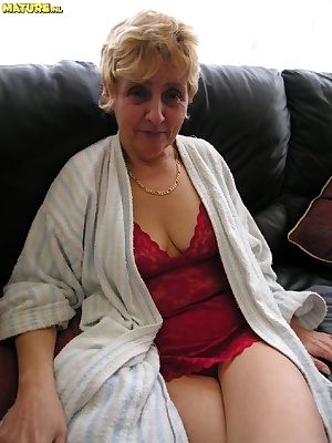 This mature slut really loves to play with herself