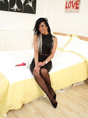 British MILF playing on her bed
