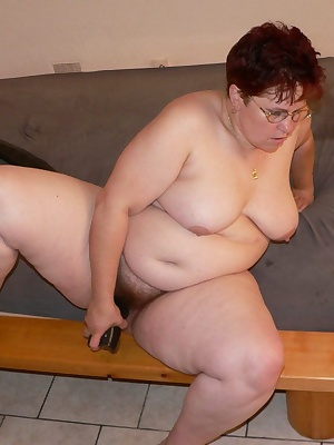 tubby mature cunt playing with her huge dildo