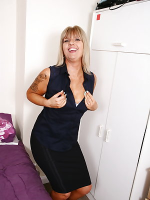 British mature slut playing with herself
