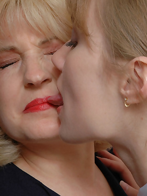 Muriel&Diana lessons of pantyhose sex