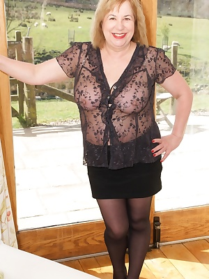 Heres another Hot photoset shot by Amateur56 earlier this year at my Holiday cottage in Yorkshire, here I'm in the loung