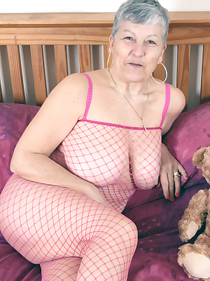 Hello to all my fans out there and to all my new followers. Please come and check out some pics of me in my sexy pink fi