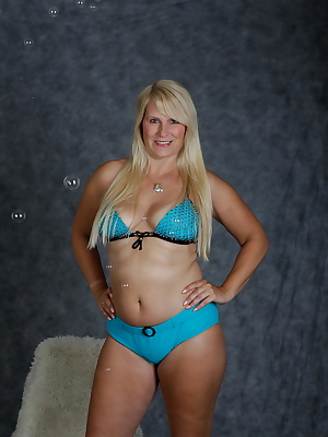 Look blue bikini with bubbles of bikini suits me.