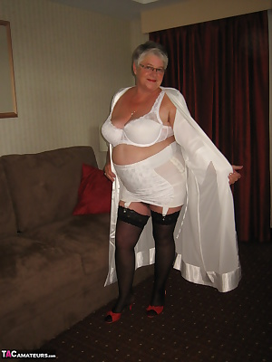 Sexy mama, in all white. Wearing her sexy kimono, lovely white bra, and vintage open bottom girdle. Cum see whats undern