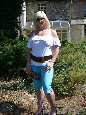 With the soaring summer temperatures we're currently experiencing, I was happy to pick these blue Capri pants up for not