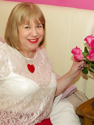Hi Guys Time to strip off as a special treat to one of my Horny site members who sent me a lovely Bunch of Red Roses, un