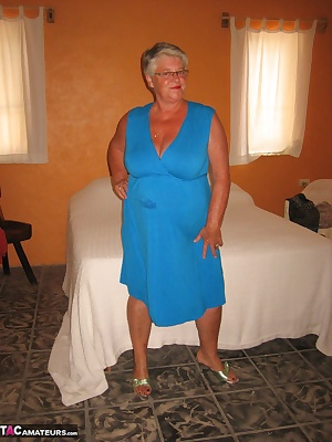 Look at this hot MILF in her sexy blue dress and those big titties bursting out of her bodice. Doesnt it make you want t