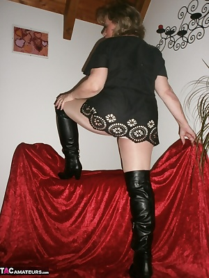 You like a skin-colored, shimmering pantyhose .For this purpose boots for a rich enjoyable fragrance of my feet mmmhh ..