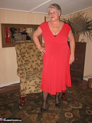 Girdlegoddess is red hot in her red dress, and black pantyhose. Im ready for a nite out on the town. But before i go, im