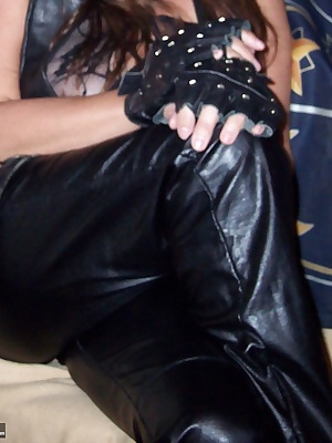 i love to wear leather and lace..looks and feels so sexy on mybody that i have to feel it andplay with myself..wanna joi