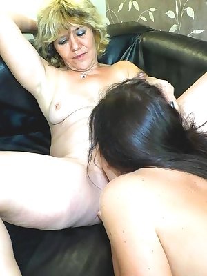 Hot blonde mature gets her pussy toyfucked by sexy young girl