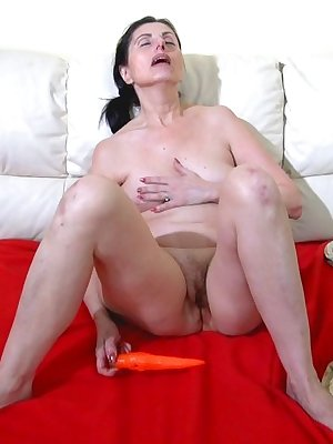 Older lady Donna masturbating by filling her pussy with toy
