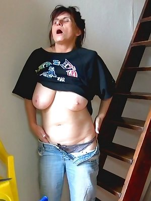 Mature lady with lovely tits getting wet masturbating