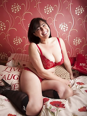 Red is sooo sexxxy. I just love the colour and it always gets me in a right horny mood.  I was just doing a normal linge