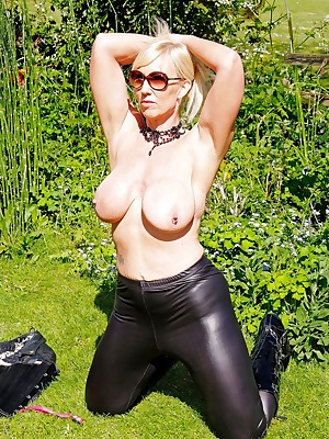 It's so hot, my kit just has to come off. Melody x