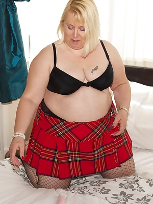 Hi GuysHere I am in my black lacey top and red tartan skirt, I love this outfit it looks really good and feels sooooo se