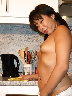 Sexy Melissa like to clean and cook naked, this time she decided to shoot some hot pictures... She just enjoy it to be n