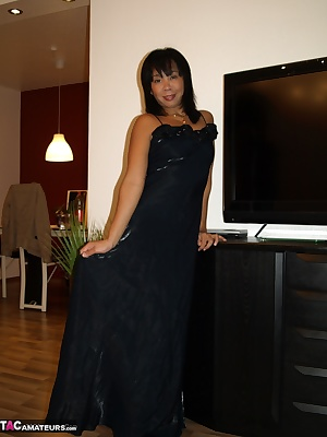 Melissa in sexy cocktail dress. Come and enjoy me in sexy cocktail dress getting undressed. Come and discover my sexy bo