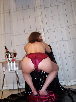I want invite you to drink a glass of champagne with me.Lick it from my body and fill it in my pussy to drink it out.Oh