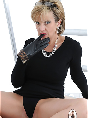 Lady Sonia: Horny mature slut in black gloves