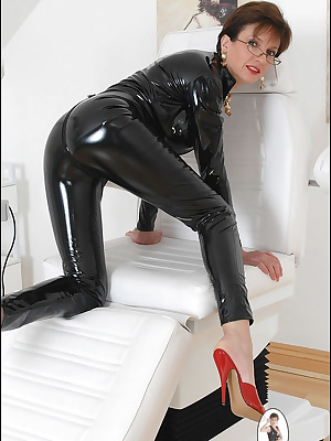 Lady Sonia: Horny mature chick in black latex