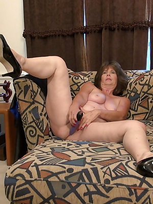 Mature solo masturbation and toying her pussy