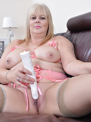 This chubby mama loves to play with her vibrator