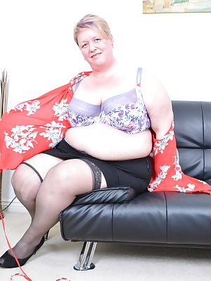 Big british mature BBW playing with herself