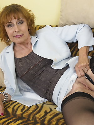 Horny housewife playing iwth her wet pussy
