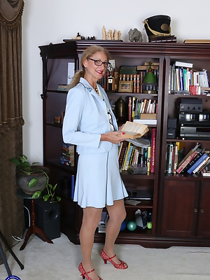 Naughty American housewife goes all the ay in the studyroom