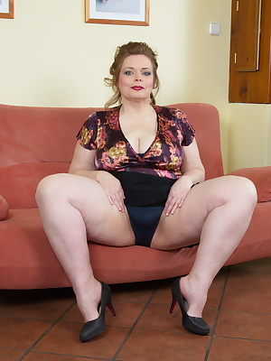 Big breasted BBW playing with herself
