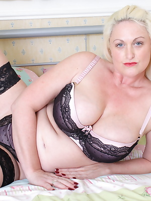 Hot British housewife with big breasts get off