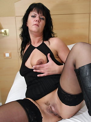 This big butt mama loves to show off her body
