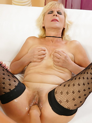 Kinky mama gets afist up her juicy pussy