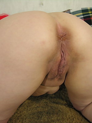 This horny mama loves to play with her pussy