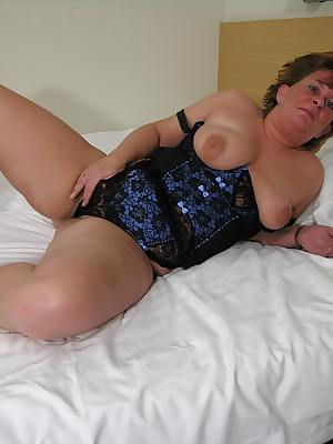 Chubby mama playing with her wet pussy