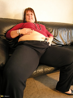 Big mature woman playing with herself